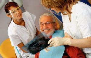 Кому положено льготное протезирование зубов в первую очередь